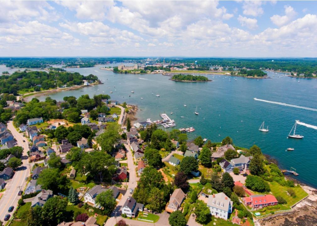 New Hampshire, neighborhood on a lake
